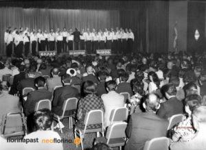 O Καλλιτεχνικός Διευθυντής και Μαέστρος του Φ.Σ.Φ. «Αριστοτέλης», Τάσος Παππάς διευθύνει την ανδρική χορωδία ενώπιον των συνέδρων στο ξενοδοχείο Queen Elizabeth στις 3 Ιουλίου 1969.