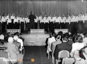 O Μαέστρος του Φ.Σ.Φ. «Αριστοτέλης», Αχίλλης Βασιλειάδης διευθύνει την ανδρική χορωδία ενώπιον των συνέδρων στο ξενοδοχείο Queen Elizabeth στις 3 Ιουλίου 1969.