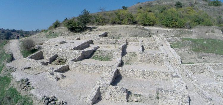 Καθηγητές αρχαιολογίας από την Αγγλία και τις Η.Π.Α. στον αρχαιολογικό χώρο Πετρών