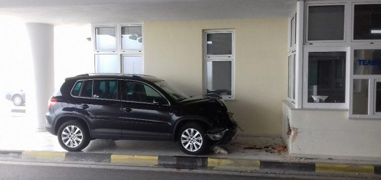 Οδηγός καρφώθηκε σε τοίχο του τελωνείου Νίκης (pics)