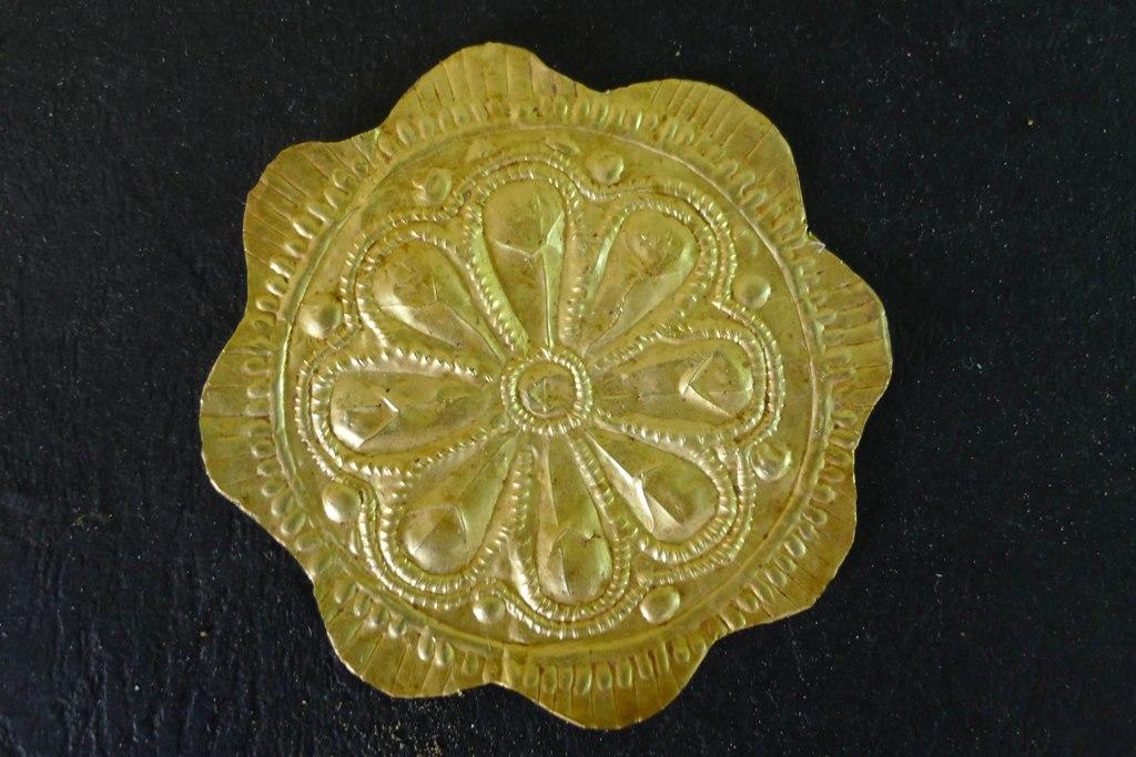 Χρυσός ρόδακας που βρέθηκε στο ύψος του στήθους του νεκρού