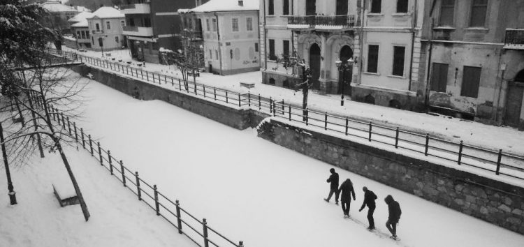 Καθημερινή συνήθεια η βόλτα στον παγωμένο Σακουλέβα (video)