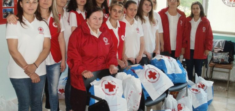 Διανομή δεμάτων σε αναξιοπαθούντες οικογένειες από τον Ερυθρό Σταυρό Φλώρινας (pics)