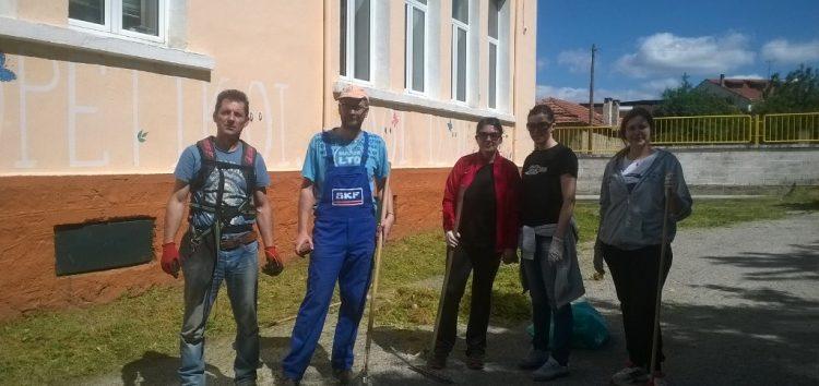 Καθαρισμός του προαύλιου χώρου του δημοτικού σχολείου Μελίτης