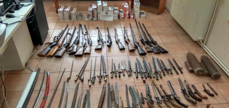 Όπλα, σπαθιά, ξιφολόγχες και τσιγάρα έκρυβε στο σπίτι του ένας 52χρονος – Συνελήφθη και ένας 60χρονος (pics)