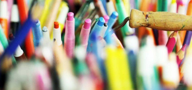 Παιδαγωγός αναλαμβάνει τη δημιουργική απασχόληση παιδιών με μαθησιακές δυσκολίες και ειδικές ανάγκες