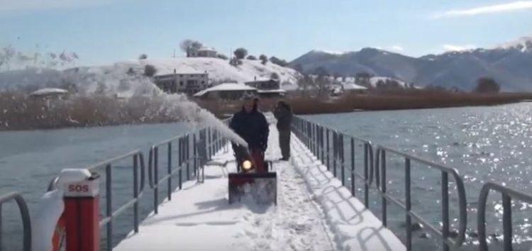 Αποχιονισμός της πεζογέφυρας του Αγίου Αχιλλείου (video)