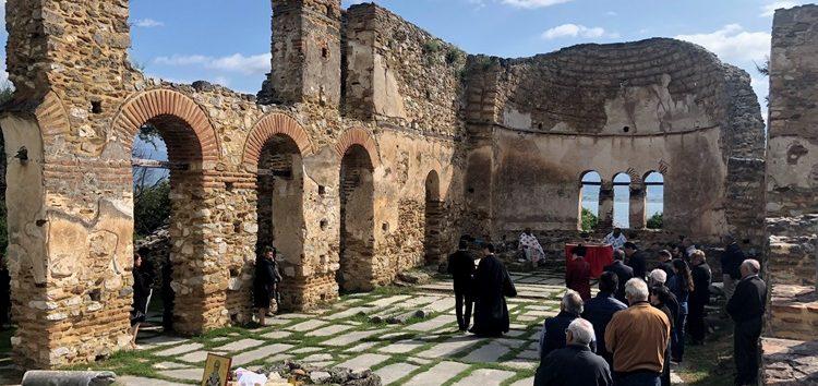 Το Εκκλησιαστικό Γυμνάσιο – Λύκειο Φλώρινας στη Θεία Λειτουργία στα ερείπια της Βασιλικής του Αγίου Αχιλλείου (video, pics)