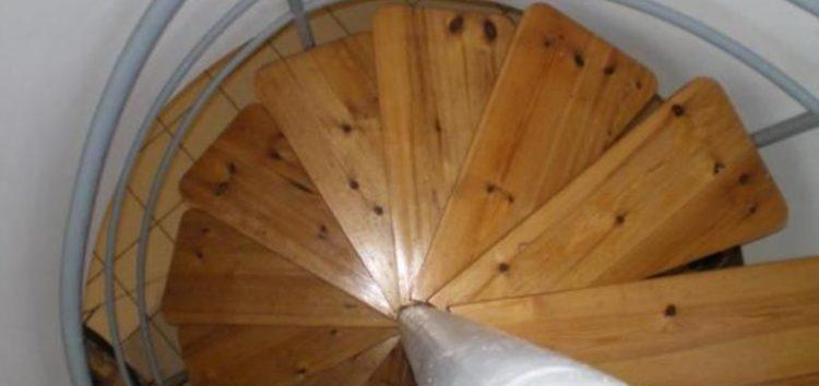 Πωλείται ξύλινη γυριστή σκάλα οξιάς