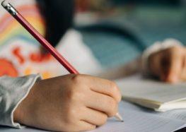 Το παιδί δυσκολεύεται να κρατήσει σωστά το μολύβι