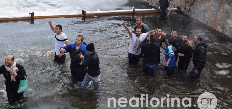 Ο εορτασμός των Θεοφανείων στη Φλώρινα – Η ρίψη του Τιμίου Σταυρού στον παγωμένο Σακουλέβα (video, pics)
