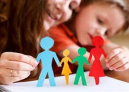 Ειδική παιδαγωγός παραδίδει ιδιαίτερα μαθήματα σε παιδιά δημοτικού