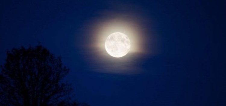Ένα περαστικό φεγγάρι