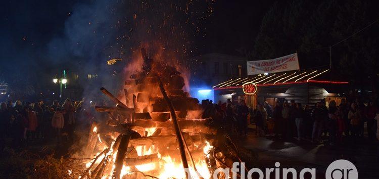 Άναψε και φέτος η μικρή φωτιά της πλατείας Ηρώων (video, pics)
