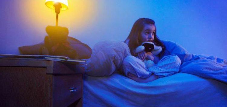 Οι παιδοψυχολόγοι μας συμβουλεύουν: «Ας μιλήσουμε για το φόβο του σκοταδιού!»