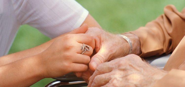 Κυρία αναλαμβάνει τη φύλαξη και φροντίδα ηλικιωμένων