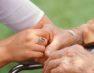 Κυρία αναλαμβάνει τη φροντίδα ηλικιωμένων