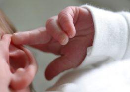 Χρειάζεται να εξετάσω την ακοή στο νεογέννητο μωρό μου;