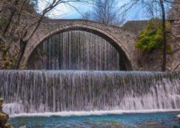 Στην πέτρινη γέφυρα («δέθηκαν» για πάντα)