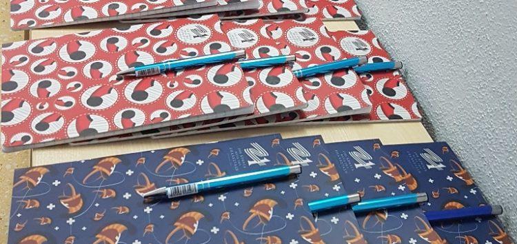 Επετειακά  στυλό και τετράδια στους μαθητές του ΕΝΕΕΓΥΛ
