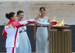 Ιστορική στιγμή! Η Παρασκευή Λαδοπούλου άναψε τον βωμό κατά την τελετή παράδοσης της Ολυμπιακής Φλόγας (video, pics)